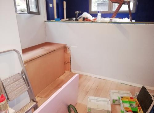Aménagement d'une chambre d'amis en intégrant un petit bureau et un dressing .